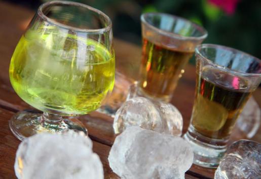 En la imagen, una copa de hierbas de Mallorca.