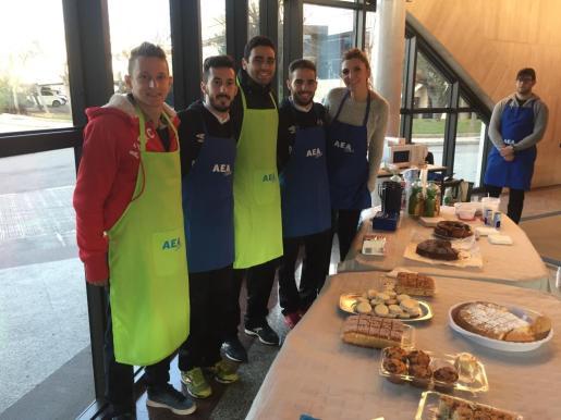 En la imagen, Éder, Joselito, Tomaz y Chicho en el desayuno de Air Europa.