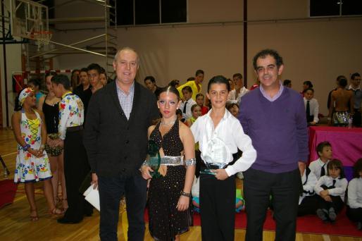 Los flamantes ganadores, Sergi Pons y Aina Mª. Plaza, flanqueados por el alcalde de Llucmajor, Joan Jaume, y el concejal Joan Ollé.