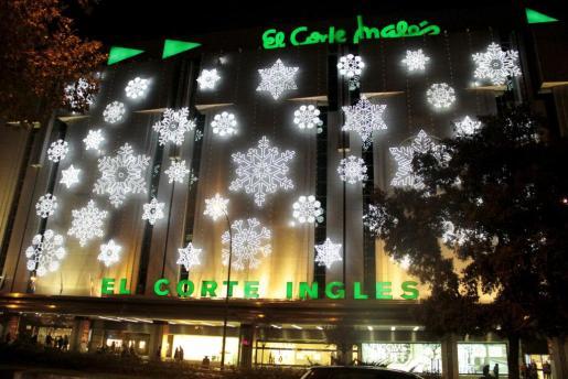 Imagen de las luces de Navidad en la fachada de El Corte Inglés de Avenidas en Palma.