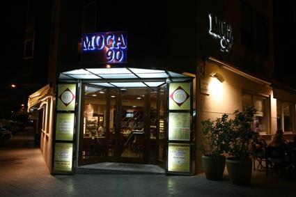 La fachada de Moga 90 con su iluminación nocturna.