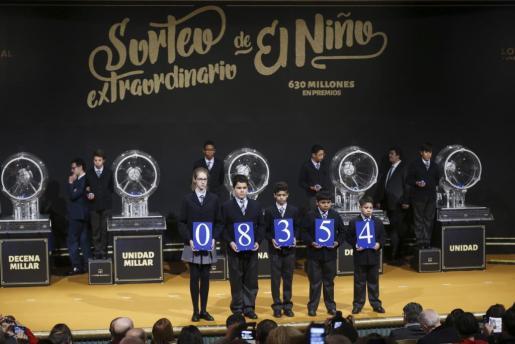 El primer premio del sorteo extraordinario de la lotería de El Niño, celebrado este viernes y dotado con dos millones de euros por serie (200.000 euros al décimo), ha recaído en el número 08.354.