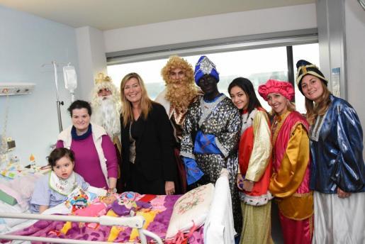 Los Reyes Magos han acudido a los hospitales de Inca y Son Llàtzer para visitar a los niños hospitalizados.