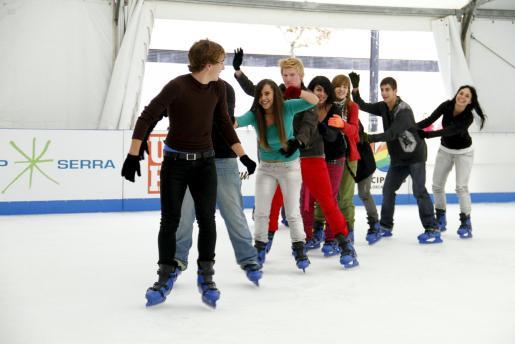 Muchos ya están disfrutando de la pista de hielo instalada en el Parc de ses Estacions.