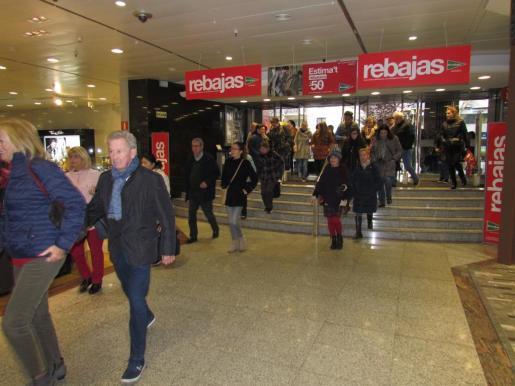 La expectación por las rebajas de El Corte Inglés de Avingudes ha hecho que muchas personas esperaran la apertura de puertas.