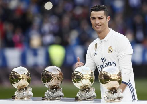 El delantero portugués Cristiano Ronaldo posa para los medios tras recibir este sábado su cuarto Balón de Oro y dedicar el galardón a la afición del Real Madrid.