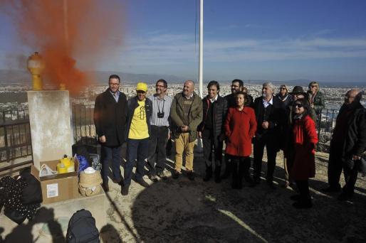 El conseller Vicenç Vidal, el president del Consell de Mallorca Miquel Ensenyat y el alcalde de Palma José Hila asisten a la simulación del encendido de las torres de defensa de Mallorca en el Castell de Bellver, un acto en defensa de los derechos humanos de los refugiados.