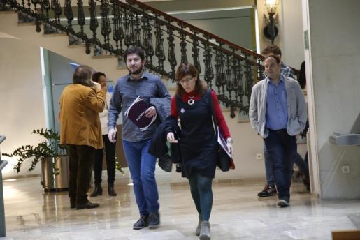 Alberto Jarabo y Laura Camargo se dirigen a informar de sus enmiendas mientras Pericay (C's, de espaldas) habla por teléfono.