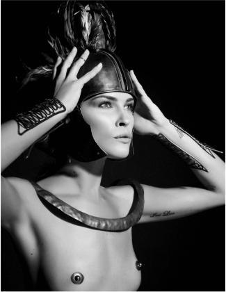 Un grupo de conocidas modelos y actrices han posado ataviadas con looks mitológicos, como la modelo Erin Wasson.