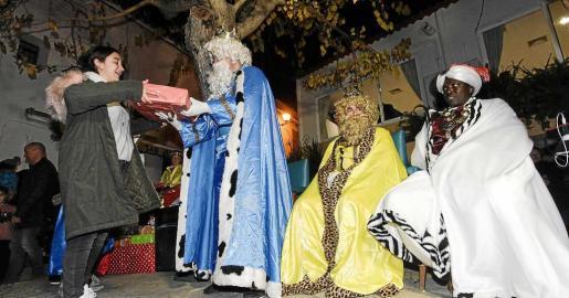 Los Reyes Magos llegaron por la tarde a Sant Joan y, después de visitar el Nacimiento en la iglesia, repartieron regalos entre los niños de la localidad. Foto: DANIEL ESPINOSA