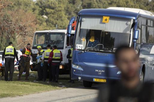 La policía de Jerusalén inspecciona el lugar en el que el camión arrolló a varias personas.