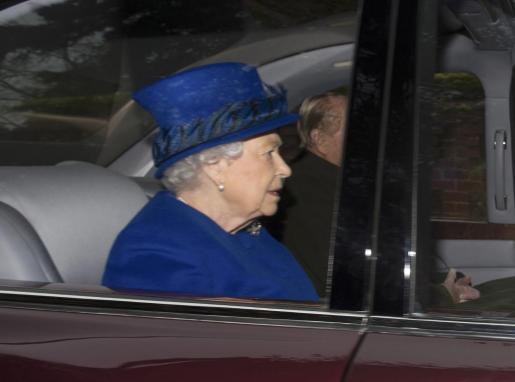 La reina Isabel II y el príncipe Felipe a su llegada a la iglesia de Sandringham.