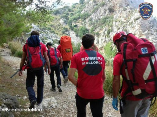 Bombers de Mallorca ha publicado una fotografía en Twitter (@BombersdeMca) del equipo del Grupo de Montaña camino a rescatar a la mujer herida.