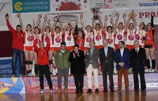 Fotografía de la RFEVB del JS Hotels Ciutat CIDE posa como campeón de la Copa Princesa de voleibol.