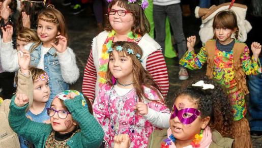 La carpa municipal que hay instalada en el Passeig de Ses Fonts fue el epicentro de la gran fiesta infantil organizada por la tarde. Foto: TONI ESCOBAR