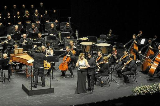 Un elenco de figuras internacionales y de jóvenes que apuntan maneras y recogen premios puso las voces a un 'Don Giovanni' de Mozart semiescenificado.
