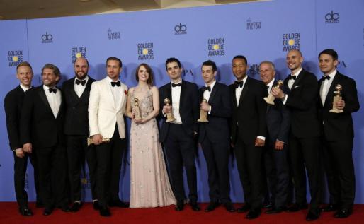 """El elenco de """"La La Land"""" posa con los premios."""
