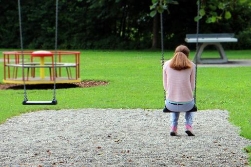 La investigación se inició con una primera denuncia en la que el padre de una menor manifestó haber descubierto que su hija mantenía conversaciones «subidas de tono» por teléfono móvil.