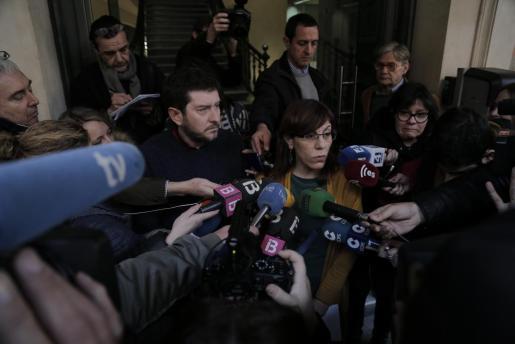Alberto Jarabo y Laura Camargo hablan con los medios tras la reunión de Podemos.