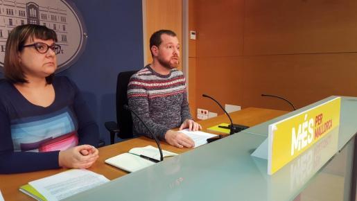 El portavoz de Més, junto a Bel Busquets, en su comparecencia ante los medios.