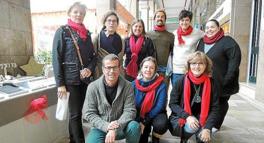 Toya de la Vega, Eva Frade, Marta Gil, Ariel Rivas, Jamnica Chiva y Noemí Bermúdez. Agachados: Alberto Vila, Ana Rus y Mª Ángeles Alexandre.