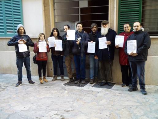 En la imagen, Stop Desnonaments Mallorca durante la paralización del 'desahucio exprés' de este lunes.