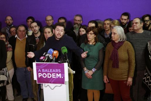 El secretario general de Podem Illes Balears, Alberto Jarabo, durante la rueda de prensa, rodeado por una cuarentena de militantes convocados por el partido para escenificar el respaldo al líder, en la que ha explicado la decisión de expulsar del partido a dos compañeras diputadas, la presidenta del Parlament Xelo Huertas y la diputada Montse Seijas.