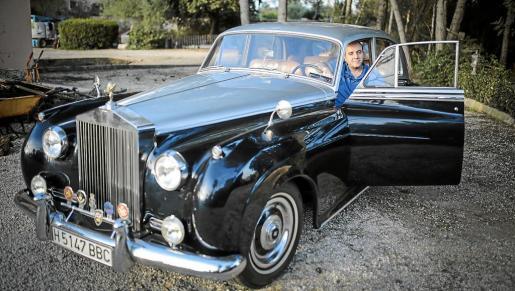 Toni Ramírez, junto a su precioso Bentley de 1956, una joya sobre ruedas poco habitual en nuestras carreteras.