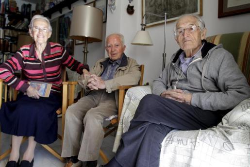 Paquita Bosch, en una imagen de archivo junto a los fundadores del Grup Blanquerna, Climent Garau (centro) y Josep Maria Magrinyà.
