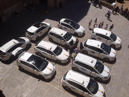 Imagen del pasado mayo con diversos taxis estacionados en el Mirador de la Seu.