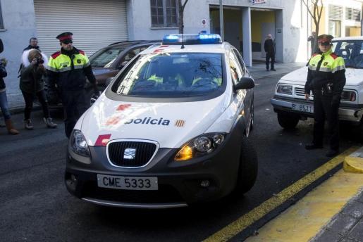 Imagen de archivo de un vehículo de los Mossos d'Esquadra trasladando al padre de Nadia, Fernando Blanco, al juzgado de La Seu d'Urgell.
