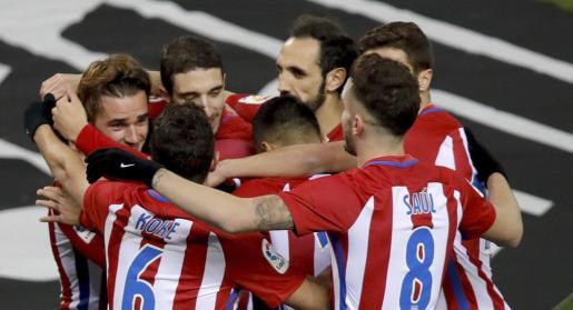 Los jugadores del Atlético de Madrid celebran el primer gol del equipo rojiblanco.