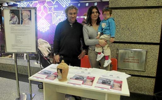 Los padres de Nadia Nerea, junto a la pequeña, en una imagen de hace algunos años.
