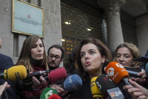 La vicepresidenta del Gobierno, Soraya Sáenz de Santamaría (i), atiende a los medios de comunicación a su llegada a la sede de la consellería de Economía de la Generalitat para reunirse con el vicepresidente del ejecutivo catalán, Oriol Junqueras.