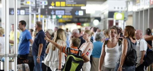 Numerosos turistas en el aeropuerto de Palma en uno de los momentos álgidos de la temporada.