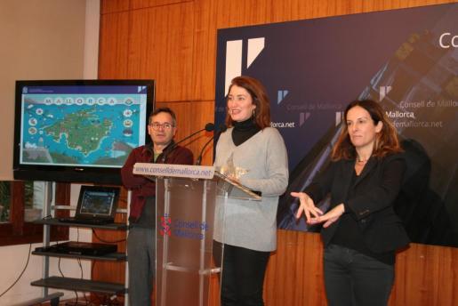 En la imagen, la directora insular de Turisme, Promoció Econòmica i Artesania, Paula Ginard, y el ilustrador Pere Joan.