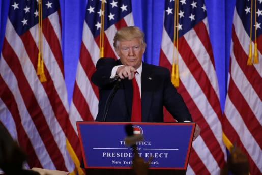 Donald Trump señalando a varios peroidistas durante la rueda de prensa a los que critica la publicación de determinadas informaciones.