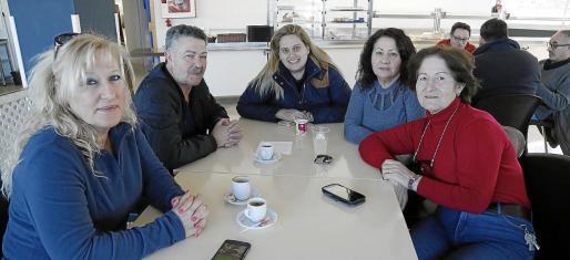 Un grupo de profesionales del taxi debate acerca de la situación que vive el sector.