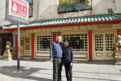 Thung Shing y su mujer, Wan Kam Tai Kwog, frente al emblemático restaurante de la calle Joan Miró.