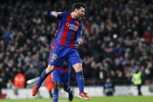 El delantero argentino del FC Barcelona Leo Messi celebra su gol, tercero del equipo frente al Athletic de Bilbao.