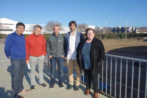 Mateu (derecha), junto a otros responsables, en los terrenos donde se proyecta la construcción del aulario del polideportivo.