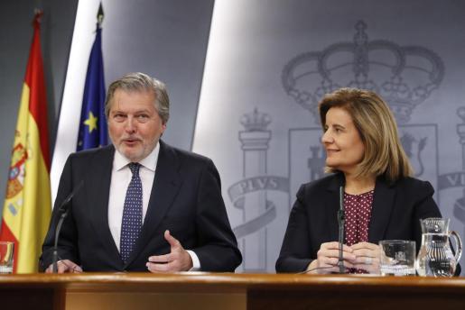 El ministro de Educación, Cultura y Deportes y Portavoz, Íñigo Méndez de Vigo, y la ministra de Empleo y Seguridad Social, Fátima Báñez, durante la rueda de prensa tras la primera reunión del Consejo de Ministros del nuevo año.