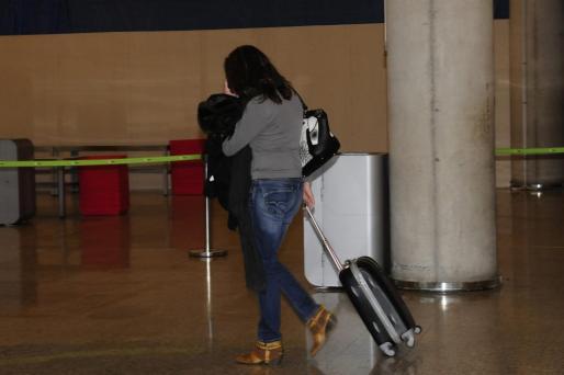 Margalida Garau, la madre de Nadia, en el aeropuerto de Son Sant Joan el pasado jueves.
