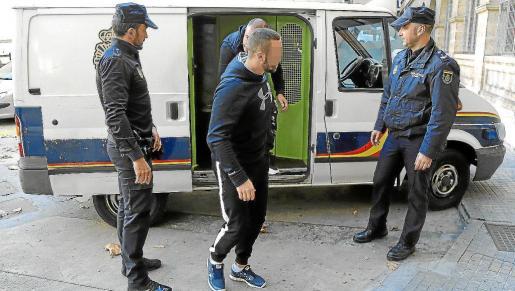Los dos arrestados cuando fueron presentados en el juzgado de guardia de Palma, el jueves por la tarde.