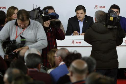El presidente de la gestora del PSOE, Javier Fernández (c), al inicio de la reunión del Comité Federal del PSOE, en la sede del partido, en la calle Ferraz de Madrid.