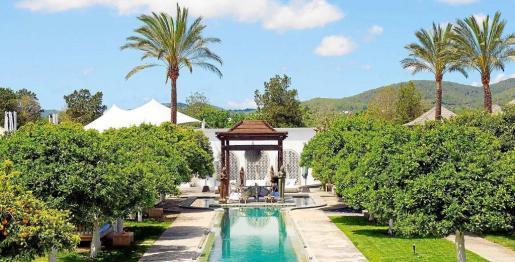 Espectaculares vistas de la zona de la piscina de Atzaró Agroturismo & Spa que acogerá este retiro detox a cargo de la doctora Amy Rachelle. Foto: ATZARÓ
