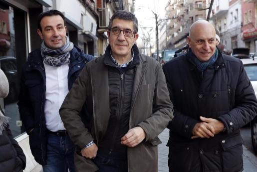 El diputado socialista Patxi López (c), a su llegada a la sede de la calle Ferraz para aistir a la reunión del Comité Federal del PSOE.