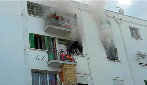 Imagen de la humareda que salía de la vivienda poco después de iniciarse el fuego.