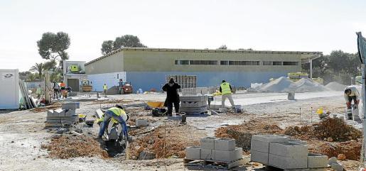 El supermercado se está construyendo en el área comercial.