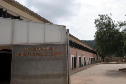 Vista del colegio público de Esporles, uno de los centros afectaoso por la medida de suspender las clases este martes 17 de enero.